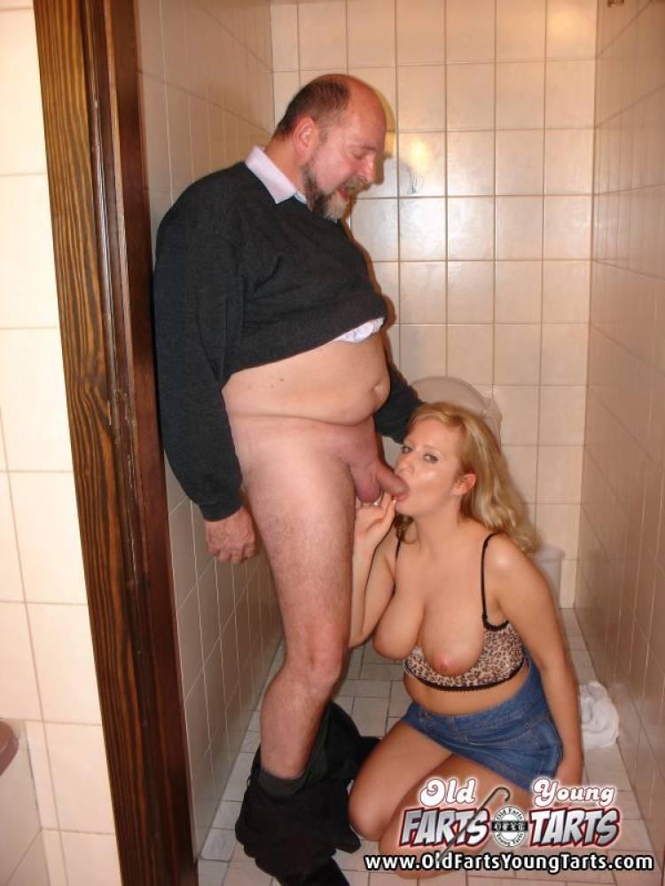 Секс с дедушкой в туалете 2 фотография